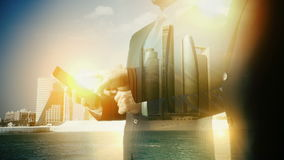 Tableta digital de Abu Dhabi Cityscape Businessman Exposición doble Segunda versión metrajes