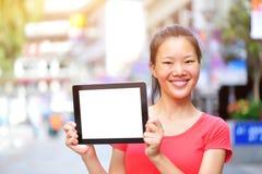Tableta digital de la mujer del espacio en blanco asiático joven del control Fotos de archivo libres de regalías