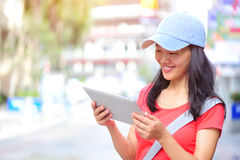 Tableta digital de la mujer del espacio en blanco asiático joven del control Imagen de archivo
