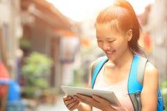 Tableta digital de la mujer del espacio en blanco asiático joven del control Fotografía de archivo libre de regalías