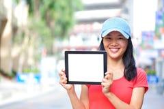 Tableta digital de la mujer del espacio en blanco asiático joven del control Imágenes de archivo libres de regalías