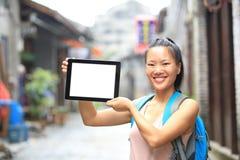 Tableta digital de la mujer del espacio en blanco asiático joven del control Fotografía de archivo