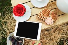Tableta digital de la visión superior que miente en la caja de madera con fotografía de archivo libre de regalías