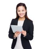 Tableta digital de negocios del uso asiático de la mujer Imágenes de archivo libres de regalías