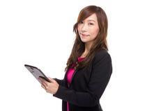 Tableta digital de negocios del uso asiático de la mujer Imagen de archivo libre de regalías