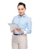 Tableta digital de negocios del uso indonesio de la mujer Fotografía de archivo