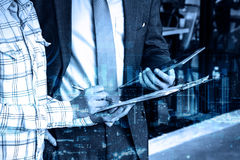 Tableta digital del control profesional del hombre de negocios de la exposición doble Imagen de archivo libre de regalías