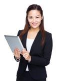 Tableta digital del uso de la mujer de negocios Foto de archivo