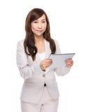 Tableta digital del uso de la mujer de negocios Imágenes de archivo libres de regalías