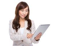 Tableta digital del uso de la mujer de negocios Imagenes de archivo
