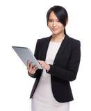Tableta digital del uso de la mujer de negocios Fotografía de archivo
