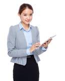 Tableta digital del uso de la mujer de negocios Fotografía de archivo libre de regalías