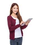 Tableta digital del uso de la mujer joven Fotografía de archivo