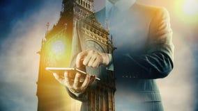 Tableta digital grande de Ben London Cityscape Businessman Exposición doble almacen de video