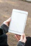 tableta en blanco blanca sostenida por la mujer Imágenes de archivo libres de regalías