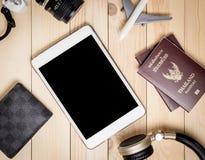 Tableta en blanco con los accesorios que viajan Imagen de archivo