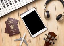 Tableta en blanco con los accesorios que viajan Foto de archivo