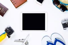 Tableta en blanco que rodea por los objetos del viaje Fotos de archivo libres de regalías