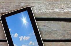 Tableta en el fondo de madera Fotos de archivo libres de regalías