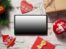 Tableta en fondo de la Navidad fotografía de archivo