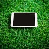 Tableta en hierba artificial imagen de archivo
