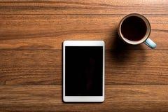 Tableta en la madera con café Imagen de archivo