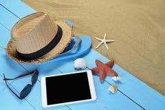 Tableta en la playa Fotos de archivo libres de regalías