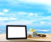 Tableta en la playa Fotografía de archivo libre de regalías