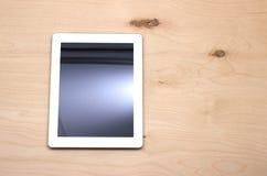 Tableta en la tabla imágenes de archivo libres de regalías