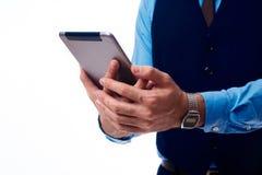 Tableta en las manos de un hombre fotografía de archivo libre de regalías