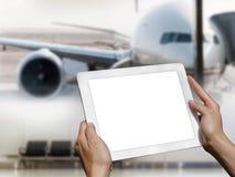 Tableta en las manos en el aeropuerto Fotos de archivo