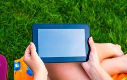 Tableta en mano de las muchachas Fotos de archivo