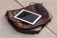 Tableta en un bolso de moda Copie el espacio Foto al aire libre Concepto Imagen de archivo libre de regalías