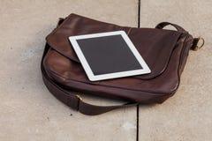 Tableta en un bolso de moda Copie el espacio Foto al aire libre Concepto Fotografía de archivo libre de regalías