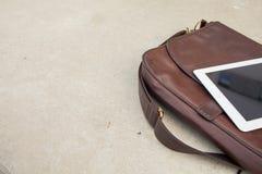Tableta en un bolso de moda Copie el espacio Foto al aire libre Concepto Foto de archivo libre de regalías