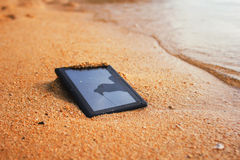 Tableta estrellada en la playa imagen de archivo libre de regalías