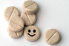 Tableta farmacéutica con una cara de la sonrisa imagen de archivo libre de regalías