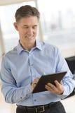 Tableta feliz de Looking At Digital del hombre de negocios imagenes de archivo