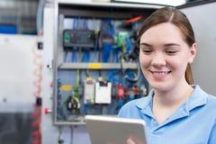 Tableta femenina de In Factory With Digital del ingeniero Imágenes de archivo libres de regalías