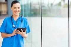 Tableta femenina de la enfermera fotografía de archivo libre de regalías