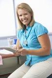 Tableta femenina del doctor In Surgery Using Digital Imagenes de archivo