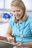 Tableta femenina del doctor In Surgery Using Digital Imagen de archivo libre de regalías