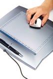 Tableta gráfica con el ratón y pluma en un fondo blanco Foto de archivo