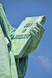 Tableta inscrita en mano izquierda de señora Liberty Imagen de archivo