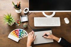 Tableta masculina de Using Digital Graphic del diseñador imagenes de archivo