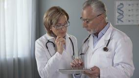 Tableta masculina a su colega femenino, historial médico electrónico de la demostración del doctor metrajes