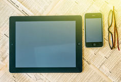 Tableta moderna con la pantalla blanca en blanco sobre el Financi Fotografía de archivo libre de regalías