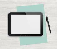 Tableta digital en blanco en un escritorio blanco Imágenes de archivo libres de regalías