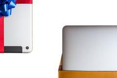 Tableta para el regalo y el ordenador portátil en un caso de cuero de la cubierta Fotografía de archivo libre de regalías