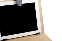 Tableta personal de Internet en la cubierta de cuero aislada sobre los vagos blancos Foto de archivo